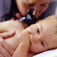 Почему ребенок чешет уши в 6 месяцев